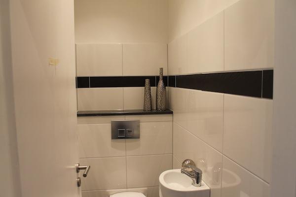 Badezimmer Standard Gefliest : Düsseldorf: Ein Badezimmer + separates ...